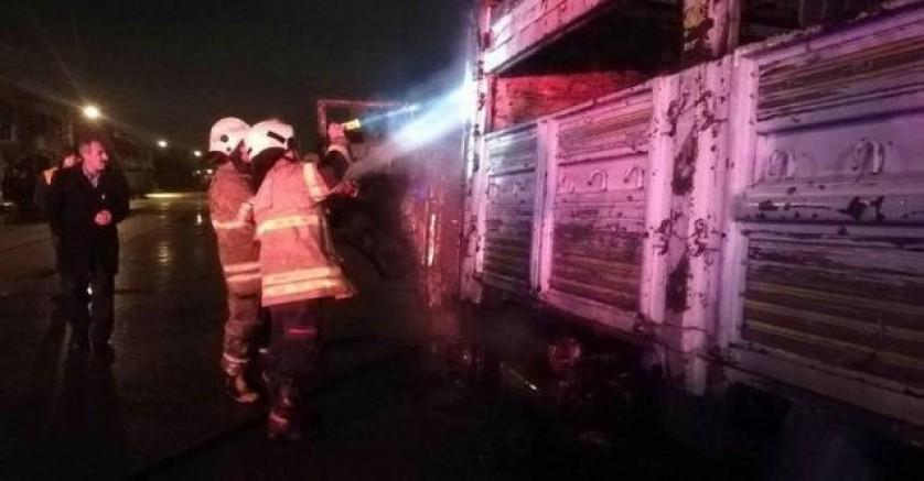 Ana Sayfa  » ASAYİŞ   İzmir Bornova'da park halindeki kamyon alev ald