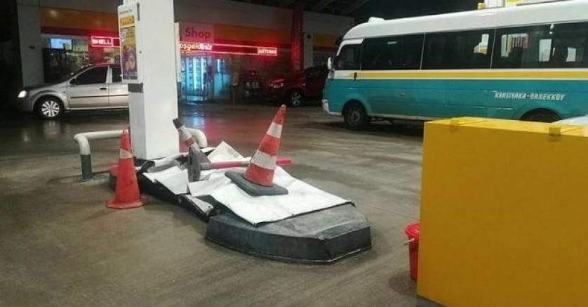 İzmir Karşıyaka'da araba benzinliğe daldı!